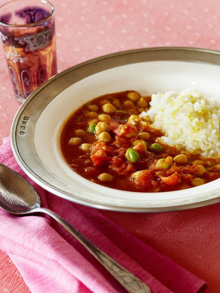 水煮のひよこ豆とグリンピースをトマトと煮込むだけ、10分でできあがる簡単ベジカレー。トマトの酸味が意外なおいしさ。雑穀ごはんとともによく噛んで味わって。|『ELLE a table』はおしゃれで簡単なレシピが満載!