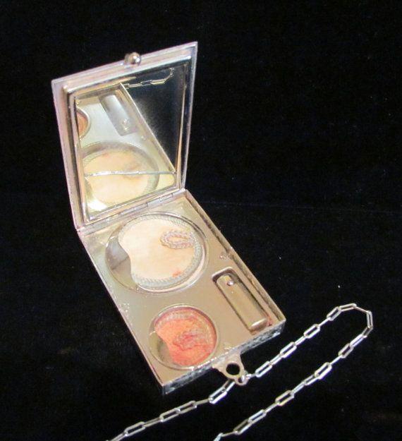 Dit item is een circa 1910s Victoriaanse stijl dans Compact met poeder, Rouge, spiegel en Lipstick in zeer goede tot uitstekende staat. Aan de