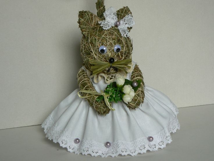 Nevěsta Krásná dekorace ze sena. Kočička má výšku 25 cm,šatičky bílé jako sníh,jemně fialové perličky.