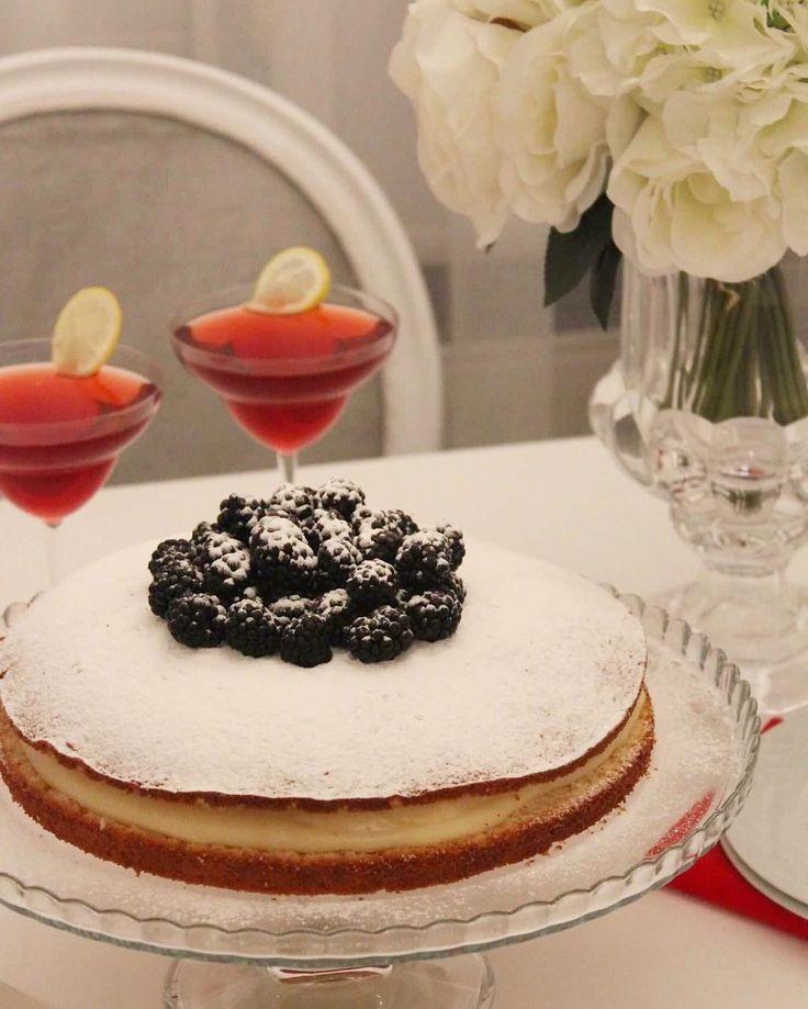 Favori pasta tarifimin, yumuş yumuş keki ve harika kremasının tarifini buyurun efendim😊 (Yapılış aşamalarını birkaç post geride video çekimi ile izleyebilirsiniz.)😊 Malzemeler; 2 yumurta 1,5 çay bardağı tozşeker  1 çay bardağı süt 1 çay bardağından bir parmak eksik sıvıyağ 3 çay bardağı un 1 paket kabartma tozu  1 paket vanilin Kreması için; Yarım litre süt (500 ml) 1 çay bardağı tozşeker 1 yumurta (tamamı) 3 yemek kaşığı un 1 paket vanilin 1 yemek kaşığı tereyağı 2 adet muz  Süslemek…