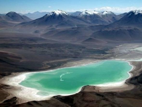 O entorno da estrada que parte de San Pedro de Atacama, no Chile, rumo ao Salar de Uyuni, na Bolívia, reserva alguns dos mais espetaculares cenários naturais do planeta. Lá estão a Laguna Verde (foto), a Laguna Colorada e uma série de vulcões, como o Licanbur