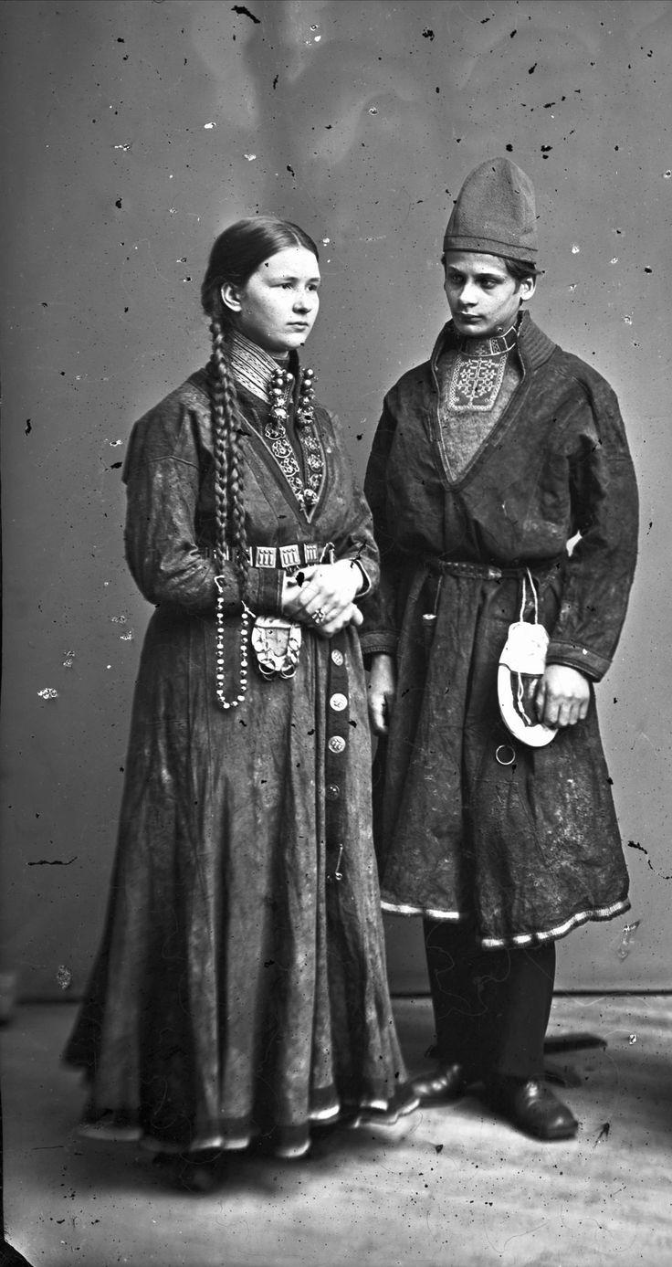 https://flic.kr/p/ojvtRB   Sami couple from Sweden 1868.1871. Samisk par fra Sverige 1868-1871. NMA.0036927   Düben, Lotten von / Nordiska museet. Lisens: Public domain.