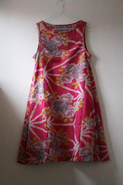 大正から昭和にかけて作られたと思われる銘仙の着物を丁寧にほどき、洗い、シンプルなノースリーブワンピースを作りました。生地のベースは鮮やかなピンク色で、大胆に牡...|ハンドメイド、手作り、手仕事品の通販・販売・購入ならCreema。