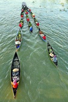 Chairunnas: JUkung gandeng atau perahu gandeng adalah aktivitas para pedagang di pasar terapung banjar masin ketika pulang atau pergi melawan derasnya arus sungai