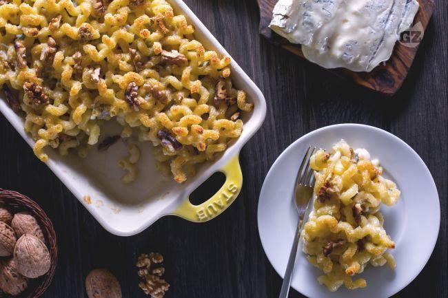 La pasta al gorgonzola gratinata al forno è un primo sfizioso, dal sapore intenso e deciso, perfetto per i vostri menu autunnali!