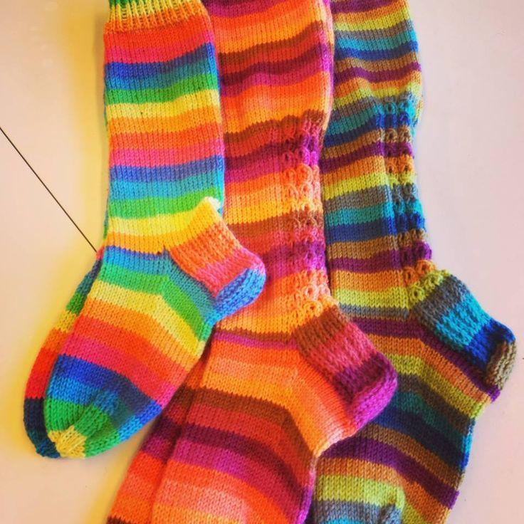 Väriä elämään raitasukilla! Asiakkaani Minna on taitava neulomaan sukkia. Tulee piirakkaa, olgaa, pitsivartista ja välillä omas...