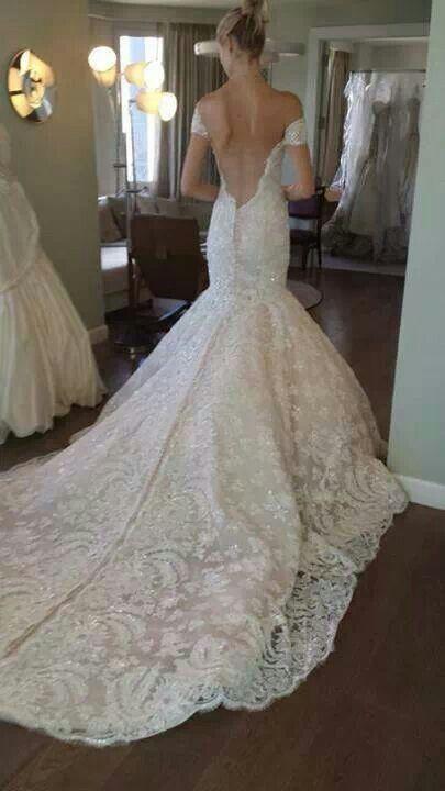 Mermaid wedding dress, with lace neckline on the back Abito da sposa a sirena, in pizzo, con scollatura sulla schiena