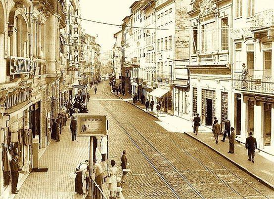 A Rua Ferreira Borges em meados do século XX. Reparar na antiga sede do Banco Nacional Ultramarino, paredes-meias com o edifício onde se situara a Tabacaria Havaneza.