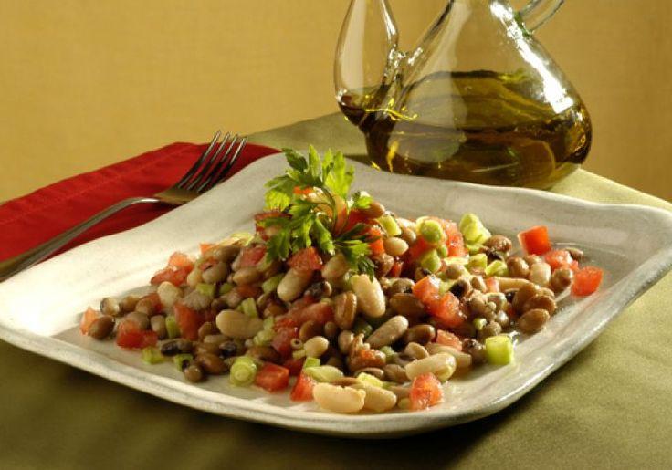 """Troque as tradicionais folhas por a incrível <a href=""""http://mdemulher.abril.com.br/culinaria/receitas/receita-de-salada-tres-feijoes-495443.shtml"""" target=""""_blank"""">salada de três feijões</a>, com feijão-branco, azuki e fradinho."""