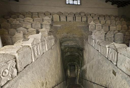Corridoio d'accesso alla tomba ipogea dei Volumni di Perugia. Attorno al dromos sono esposte una miriade di urne cinerarie etrusche