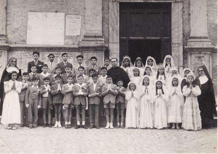 Maria (la terzultima in alto a destra) durante la cerimonia della prima comunione davanti alla chiesa di S. Aurea ad Ostia Antica
