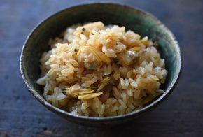 いちばん丁寧な和食レシピサイト、白ごはん.comの『あさりご飯の作り方』を紹介するレシピページです。昆布もかつお節も使わず、あさりだけの出汁で美味しい炊き込みごはんを作ります。あさりの身を柔らかく仕上げるコツも合わせて紹介していますので、ぜひお試しください!