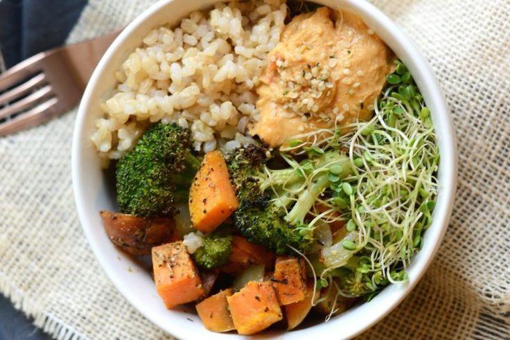 Коричневый рис с овощами и ростками фасоли Полноценный ужин: варёный рис, запечённые овощи, хумус из перца и суперполезные ростки фасоли.