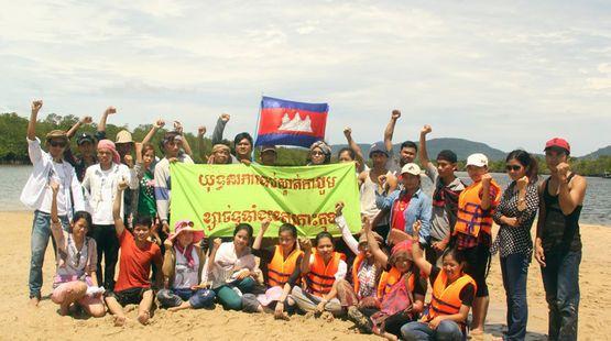 Sand ist eine weltweit begehrte Ressource, die immer knapper wird. Den meisten Sand importiert Singapur. Für Landgewinnung und Hausbau baggert der Stadtstaat seinen Nachbarn Strände, Flussbetten und ganze Inseln weg. In Kambodscha wehren sich Fischer und Umweltschützer gegen die Naturzerstörung– drei Aktivisten wurden jetzt verhaftet. Bitte unterschreiben Sie unsere Petition: https://www.regenwald.org/aktion/1010/singapur-raubt-uns-die-heimat-haende-weg-von-unserem-sand