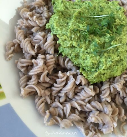 Julia Haeuszl: Zucchini-Bärlauchpesto (vegan)