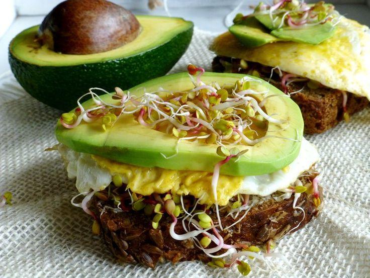 Zdrowe śniadanie - kanapka z jajkiem i awokado