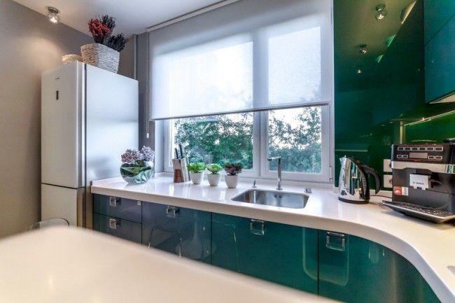 Белые рулонные шторы в интерьере кухни