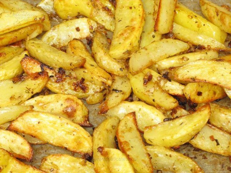 Cartofii curăţaţi de coajă şi bine spălaţi, se usucă cu ajutorul unor prosoape de hârtie. Apoi cartofii se taie în felii potrivit de mari. Ceapa se taie mărunt. Usturoiul se taie şi el mărunt. Ceapa şi usturoiul se pun într-un castron, se adaugă condimentele şi se amestecă. Amestecul…
