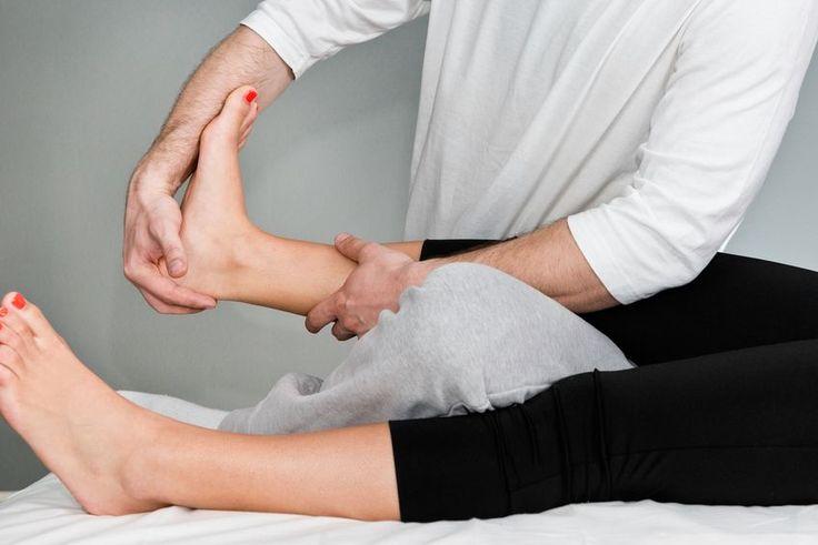 Ein Fersensporn ist oft verbunden mit stechenden Fersenschmerzen. Welche Therapien helfen & was Sie selbst tun können!
