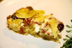 Detta recept på potatispaj med feta och soltorkade tomater är så gott! Servera som tillbehör till kött, kallskuret eller buffé.