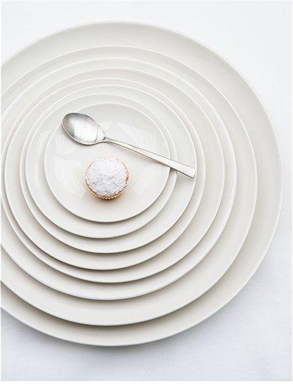 Die Qual der Wahl...die tollen flachen Teller bieten wir Ihnen in acht verschiedenen Größen an. Das Geschirr ist elfenbein/weiß und Spülmaschinen und Mikrowellen geeignet. Weitere schöne Produkte von VTWONEN zum Thema Geschirr finden Sie hier. Stöbern Sie in unserer Kategorie Küche und lassen Sie sich inspirieren.