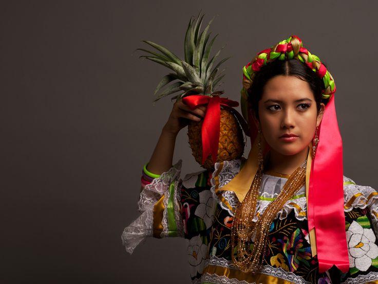 Oaxaca desde adentro - Papaloapan Flor de Piña Soy amante de los colores vivos, de los brillos, de los detalles, algunas veces algunos de esos elementos están ausentes por distintos motivos, pero en Oaxaca siempre están presentes, por eso es que estoy enamorado de sus tradiciones, de sus costumbres, de sus paisajes, de su gente, ahora solo cuento los días para poder regresar nuevamente a caminar sus caminos. diego@diegohuerta.com