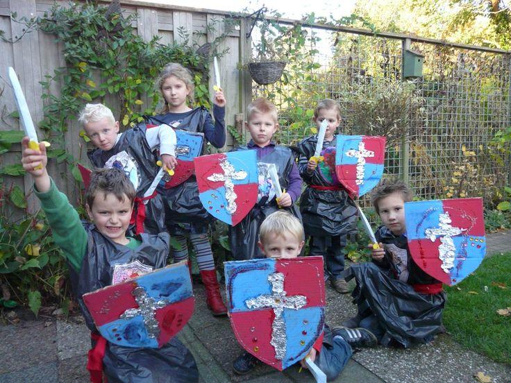 Het feestje van Ridder Jesse met enge zwaarden, die gelukkig van karton zijn: bouwplaten uit de traktatie webshop van Geny Trakteert