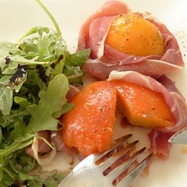 Pêche en habit de jambon cru et sa salade de roquette