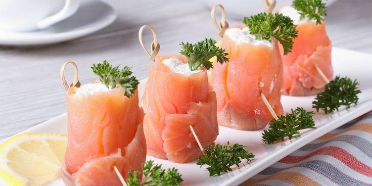 Préparation : 1. Ciselez le ciboulette et découpez 4 rectangles dans chaque tranche de saumon. Coupez les chutes en petits morceaux. 2. Mélangez les petits morceaux de saumon avec le fromage et la…