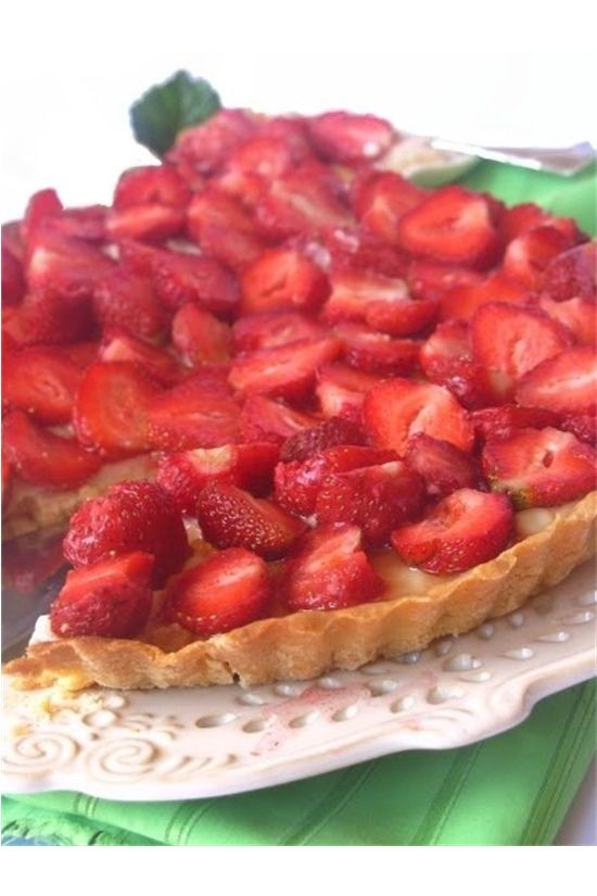 Klasyczna tarta z owocami. Prosta i szybka w przygotowaniu, dzięki orzeźwiającym truskawkom idealna na upały.