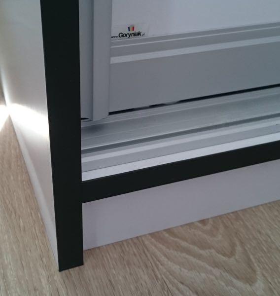 Okleina boku szafy oraz podłogi dla podkreślenia obrysu kolor czarny.