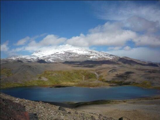 Bioma de Montaña. Volcan, Parque Copahue en Caviahue, Newquen, Argentina. Lo mas común que puede pasar es que haya una erupción volcanica. En 2011 el volcan estaba en erupción y despoblaron la ciudad de Caviahue. por suerte, éste no exploto.