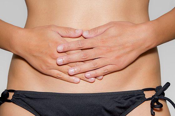 Bei unregelmäßigem Zyklus können Zyklustees helfen, die Hormone zu stabilisieren. So können Himbeerblättertee, Frauenmanteltee und Co. Ihnen helfen. © Thinkstock