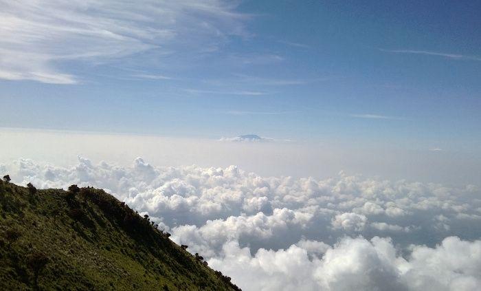 Negeri di atas awan? Ini hanya sebagian kecil dari apa yang akan kamu dapatkan saat melakukan pendakian Gunung Merbabu