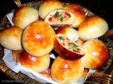 Receita de Pãozinho de batata recheado com frango e catupiry. Vale mudar o recheio :D Vale até recheio doce.