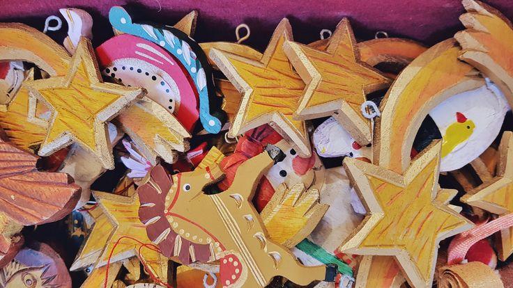 Dal Principe Schiaccianoci ai mercatini: storia di una favola di Natale Vi ricordate la favola del Principe Schiaccianoci? Quella che racconta del principe Hans, della Topo-Regina e di Clara? Tutto a Salisburgo vi ricorderà quella fiaba di Hoffmann: le vetrine dei negozi, gli addobbi degli alberi di