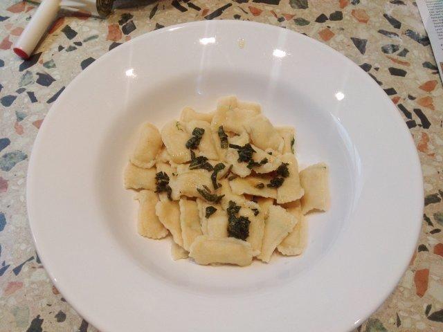 Das perfekte Ravioli mit Lachs-Ricotta-Füllung-Rezept mit einfacher Schritt-für-Schritt-Anleitung: Für den Nudelteig das Mehl, den Hartweizengrieß und…