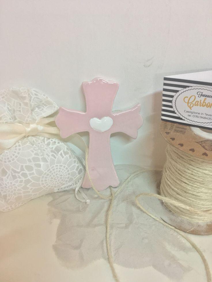 Bomboniera croce in ceramica colore rosa e cuore bianco. Fatto  a mano in italia.