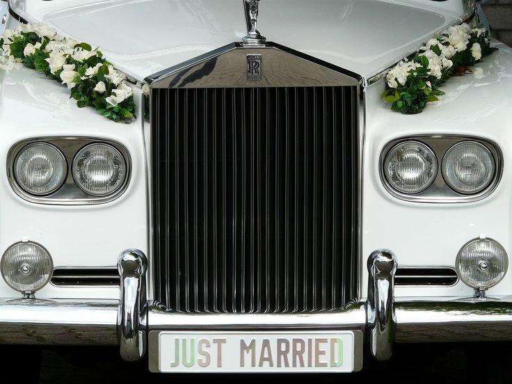 Come hai raggiunto il tuo lui all'altare? A cavallo di una moto, a bordo di un Maggiolino vintage oppure comodamente seduta su un'elegante e lussuosa berlina? Scegli il mezzo di trasporto in base allo stile del matrimonio e scopri quello adatto a te! #car #weddingtransport #weddingcar