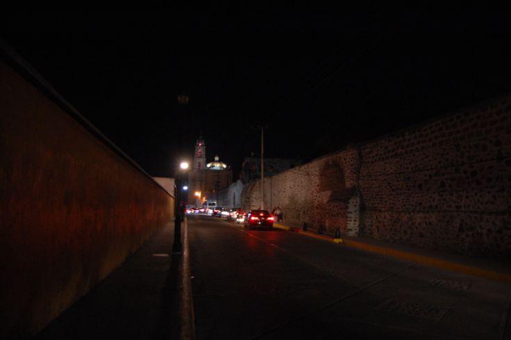 - Avenida Insurgentes,enrada principal al centro del pueblo.- Cómo llegar a Tepotzotlán  Se parte de la Ciudad de México, a través del Anillo Periférico, con rumbo al norte. Luego hay que seguir por la carretera que se vincula con la autopista México-Querétaro, justo hasta la desviación que se localiza en el km 44. Allí se encuentra un camino empedrado que nos lleva hasta el centro de Tepotzotlán.