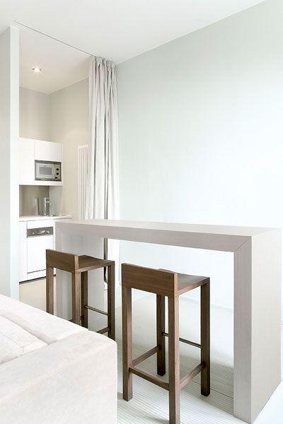 Pequeña cocina, mesa alta y taburetes