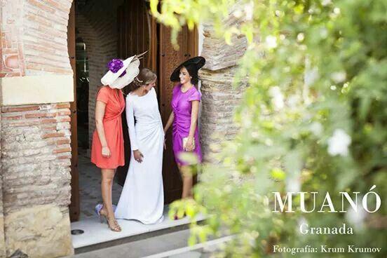 Invitadas elegantes de boda Muanó, vestido de novia manga larga Muanó. Fotografía krum krumov