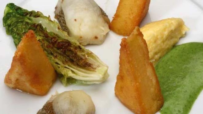 Gebakken polenta en 'Scrambled egg polenta' met snoekbaars, gegrilde sla, gepofte mini aubergines, geroosterde sjalot, veldsla-waterkers crème