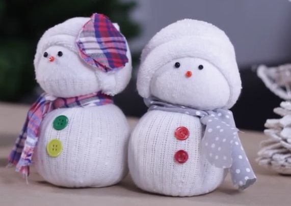 """""""C'est moi qui choisit les boutons !"""" Roxane, 7 ans. **** :) Vous avez une chaussette blanche orpheline ? Profitez-en pour fabriquer un bonhomme de neige avec vos enfants. :) Matériel nécessaire : une chaussette blanche, des chutes de tissu ou du ruban,..."""
