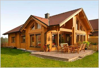 Una foto de casa de madera  muy linda donde destacan los grandes ventanales de la fachada de la casa muy bien complementada con un amplia ...