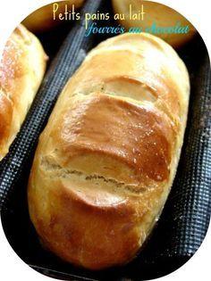 Voici ma recette fétiche, ils sont moelleux, goûteux .... Pour 12/14 petits pains au lait *600 g de farine de blé T55 *310 gr de lait *40 g de sucre ( ou 20gr de sucre de canne + 20gr de sucre vanillé ) *40 g de beurre demi-sel *une pincée de sel *6 g...