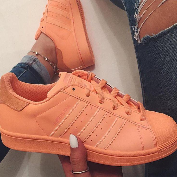 pies de mujer con tenis adidas superstar naranja