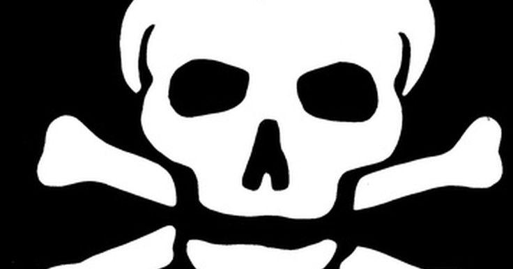 Como estampar uma caveira de pirata em roupas  . Roupas com estampa de caveira de pirata são populares, mas muitas vezes custam caro. Fazer as suas próprias roupas com esse desenho as tornam exclusivas, além disso, é uma atividade prazerosa. Você também pode estampar em jeans, camisetas ou bolsas.