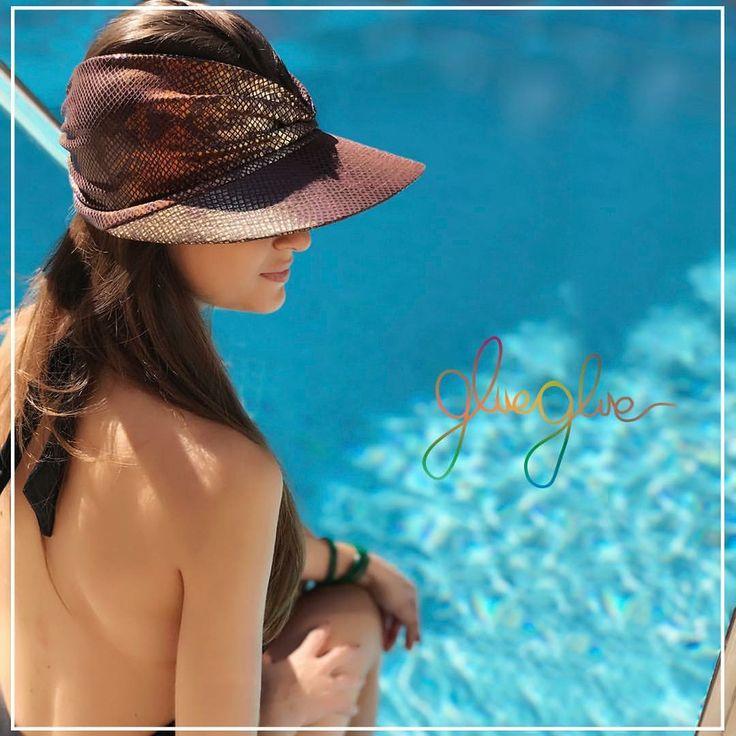 Viseira Cobra / Marrom dourado  #gluegluedelivery #viseira #viseiras #fashion #trend #tendencia #umadecadacorporfavor #tendencia2017 #dermatologistapproved #dermatologistabarradatijuca #dermatologistaipanema #elasvestemglueglue #dermatologistanabarra #protecaouv #protecaosolar #modelo #vogue #voguebrasil #atrizglobal