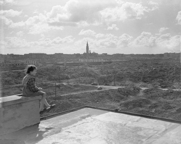 Warszawa, 3 kwietnia 1946. Widok na ruiny getta na Muranowie z dachu budynku na ulicy Stawki. Foto: Hans Reinhard